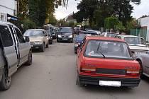 Komplikovaná dopravní situace u hřbitova. Řidiči nemají kde parkovat.