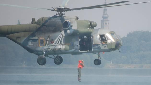 Seskok z vrtulníku v oblečení do rozvířené vody není jednoduchý.