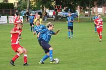 Fotbalisté Všechovic (v modrém) proti FC Vsetín.