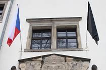 Také na hranickém zámku, kde sídlí městský úřad, visí černá vlajka.