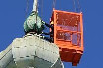 Poškozená věžička opustila kostel Stětí svatého Jana Křtitele na Masarykově náměstí v Hranicích v úterý 16. dubna krátce po desáté hodině dopoledne.