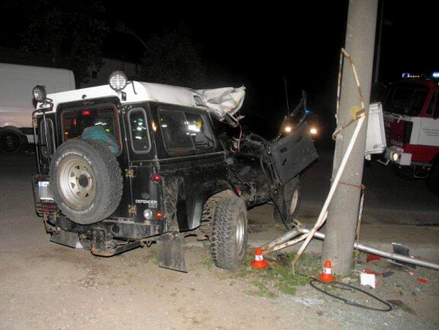 Na křižovatce při odbočování vpravo vyjelo auto do protisměru, kde narazilo do boku terénního vozu Land Rover, jedoucího po hlavní cestě.
