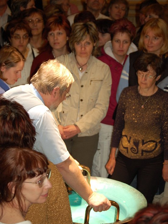 Známý český biotronik Tomáš Pfeiffer zahrál na starověký hudební nástroj – vodnářský zvon.