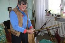 František Pečeňa předvádí některé ze svých velikonočních výrobků