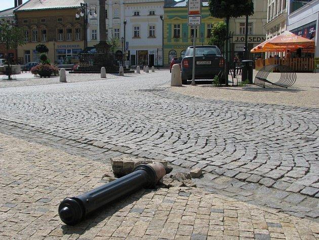 Vyvrácený patník na hranickém Masarykově náměstí.