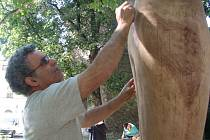 Španělský sochař Valeriano Hernandez dokončuje svoji sochu.