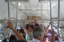 Během stávky se na nádražích nashromáždilo velké množství cestujících. Když pak nasedli do vlaků, ty jim svou kapacitou jen těžko stačily.
