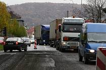 Dopravu v Hranicích na třídě Československé armády řídí semafor.