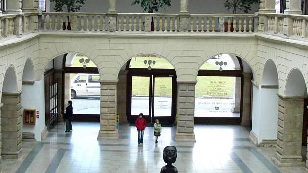 Nejvíce peněz bude muset město v severní části dvorany obětovat za skleněné výplně.