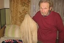 Dvaasedmdesátiletý Ludevít Galík žije už přes deset let jako bezdomovec v Hranicích. Náročné operaci tříselné kýly se však musel podrobit až v Trenčíně.