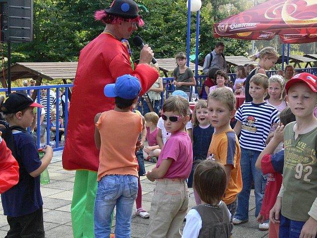 Den srdce v Lázních Teplice nad Bečvou přinesl bohatý program. Na terase lázeňského sanatoria Bečva se představila country skupina Šviháci, revivalová skupina ABBA Radka Kňury, taneční skupina Oldies a klaun Hopsalín.