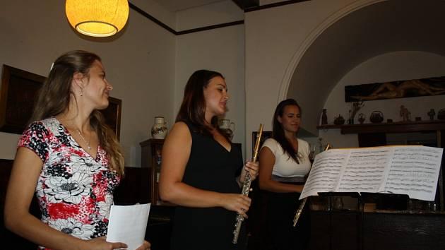 Deset let spolu vydrželo pět flétnistek spolu se svou učitelkou Ivanou Chudovou hrát na různých akcích a oslavách. V pátek 18. září v Galerii M+M slavnostně pokřtili své první CD.