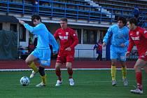 Přerovští fotbalisté (v modrém) na domácím trávníku porazili Jeseník 1:0.