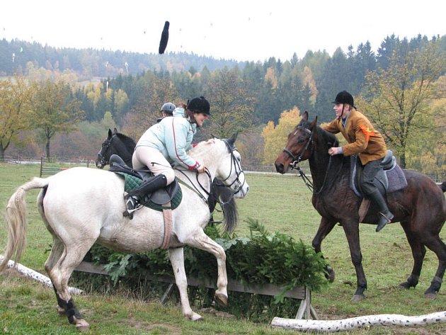 Úkolem jezdců je ulovit liščí oháňku.