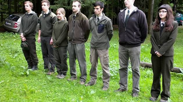 Studenti Střední lesnické školy v Hranicích absolvují v týdnu praktickou část maturit ve školním polesí ve Valšovicích. Fotografie zachycují první den zkoušek, které se uskutečnil v pondělí 13. května