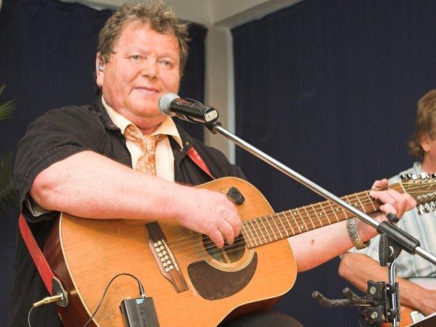 Pavel Novák s kytarou.