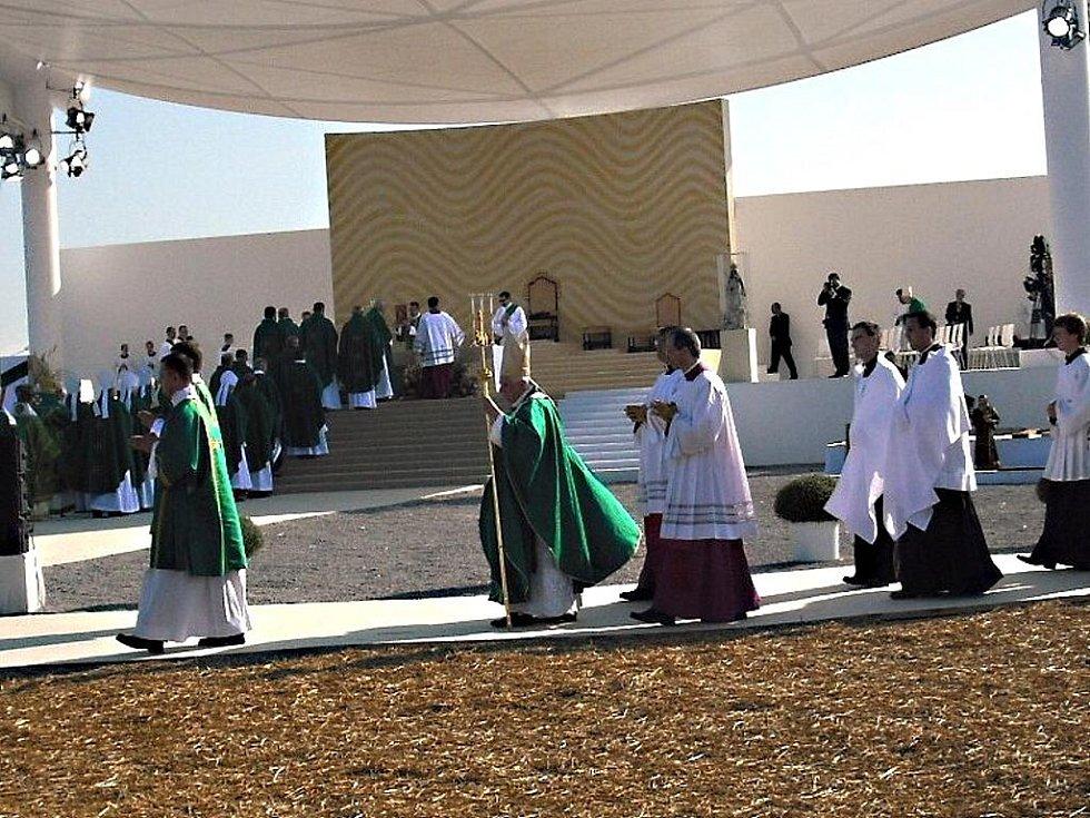 Paní Jana Černá ze Stříteže nad Ludinou viděla papeže i jeho svatou mši jako na dlani. Dílem náhody se totiž ocitla v zóně pro významné hosty.