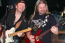 Veselí kytaristé rockové kapely Kreyson.
