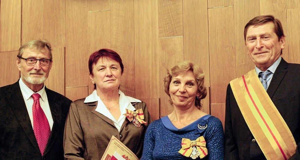 Nadační fond Elišky Přemyslovny odměnil za léta usilovné práce Annu Pavelkovou (na snímku druhá zleva) a Jaroslavu Černou (na snímku druhá zprava), ženy, jež zasvětily život společenskému dobrodiní.