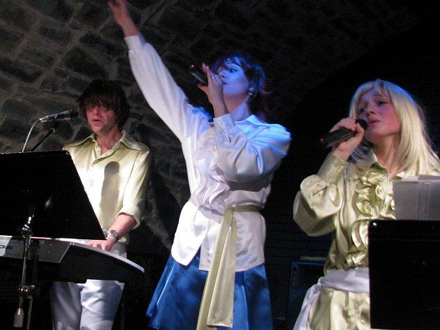 Skupina Abba revival ovládla Zámecký klub v Hranicích.