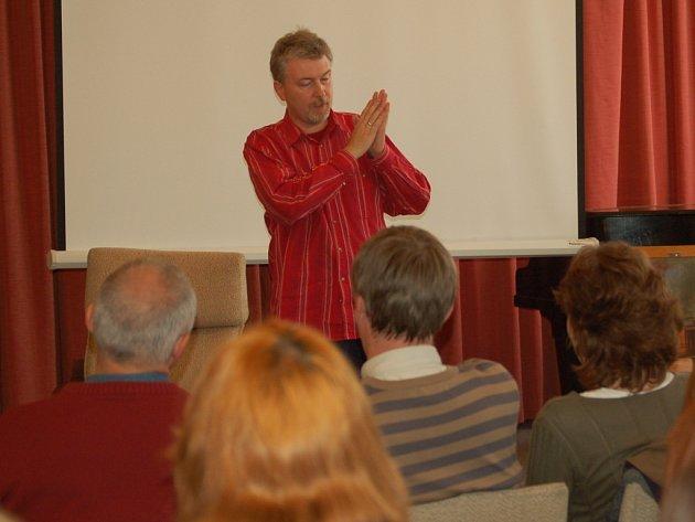 Divadelní a televizní režisér Radovan Lipus, kterého proslavil známý cyklus Šumná města, včera navštívil studenty Gymnázia Jakuba Škody v Přerově.
