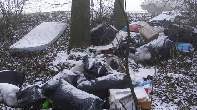Hromadu odpadků objevili u Hloučely ochránci přírody.
