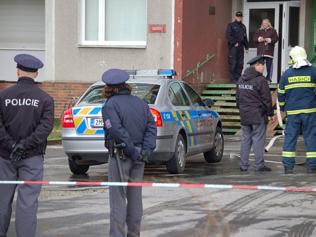 Přerovští policisté  evakuvali třináctipatrový dům v ulici Trávník. V jednom z bytů nalezli granát a další střelivo. Dům muselo opustit několik desítek obyvatel.
