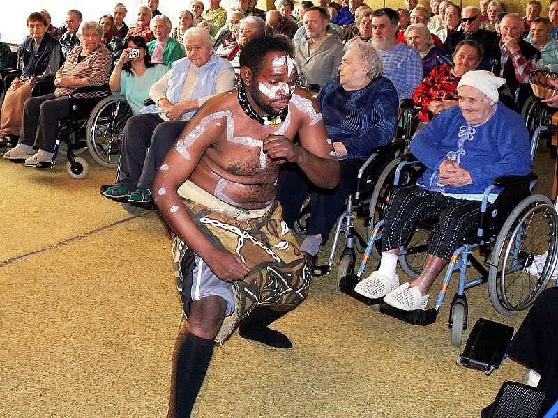Konžský taneční soubor Balet Alinga Mansaka Etu na dobročinném koncertu v Domově seniorů v Hranicích