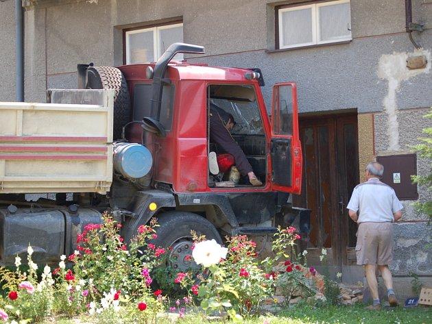 Zaparkovaný nákladní vůz se rozjel ze svahu a skončil v rodinném domě ve Staré Vsi na Přerovsku.