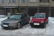 Špatně zaparkovaná auta po obou stranách silnice jsou často překážkou i pro hasiče. Podle vedení městské policie hrozí v krajním případě neposlušným řidičům i odtah vozidla.
