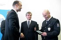 Na čtvrteční konferenci v olomouckém Regionálním centru ocenil ministr vnitra Ivan Langer policistu Martina Crhu. Přerovský policista obdržel Čestnou medaili Policie ČR za záchranu dvou lidských životů.