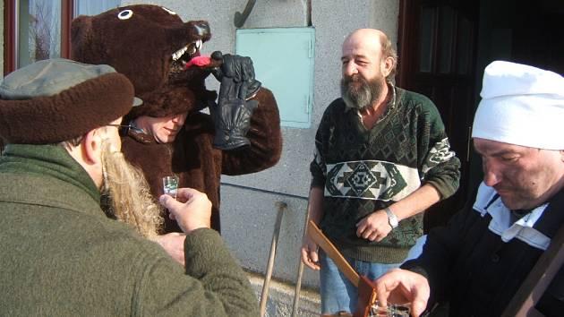 Průvod masek i s medvědem chodil v Tučíně od domu k domu. Každoročním vrcholem masopustu je pochovávání basy.