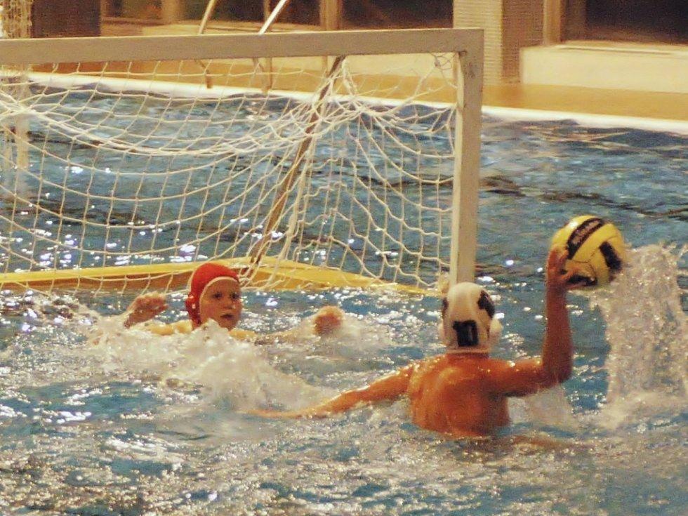 Kapitán mladších žáků KVP Přerov Holibka střílí gól v utkání proti KPS Opava.