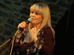 Chantal Poullian v Zámeckém klubu zpívala francouzské šansony v doprovodu jazzového tria saxofonisty Štěpána Markoviče.