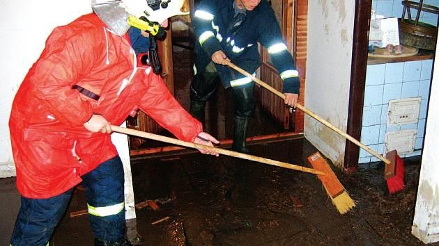 Po bouři hasiči čerpali vodu z rodinných domů na Olomoucku a Přerovsku.