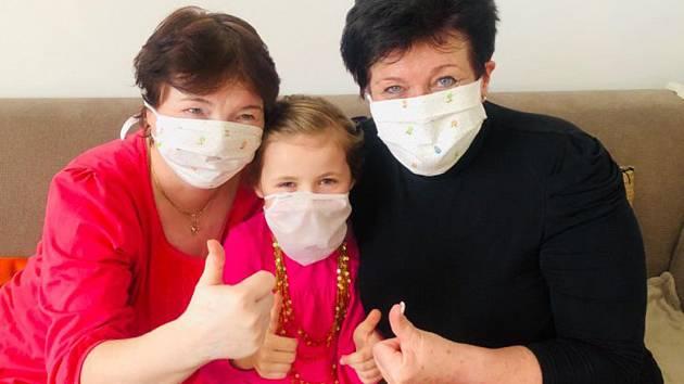 Lenka Kopřivová z Hranic se svou kamarádkou Janou se pustily do šití roušek.