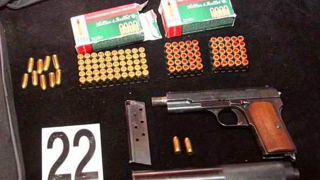 Věci nalezené při domovní prohlídce u zadrženého dealera drog