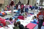 Výtvarnou soutěž ke Dni Země pořádal v pátek v Hranicích Dům dětí a mládeže. Zúčastnili se jí děti z mateřských a základních škol. Jako ateliér jim posloužila dvorana zámku.