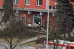Hasiči museli kvůli silnému větru v neděli zasahovat i na třídě 1. máje v Hranicích.