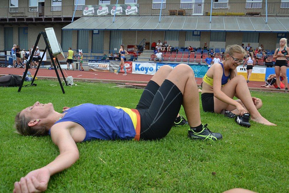 Atleti SK Hranice na na Mistrovství Moravy a Slezska dorostu, juniorů, mužů a žen v Olomouci 2020. Iva a Kristýna Podjuklovy po doběhu závodu na 3000 m