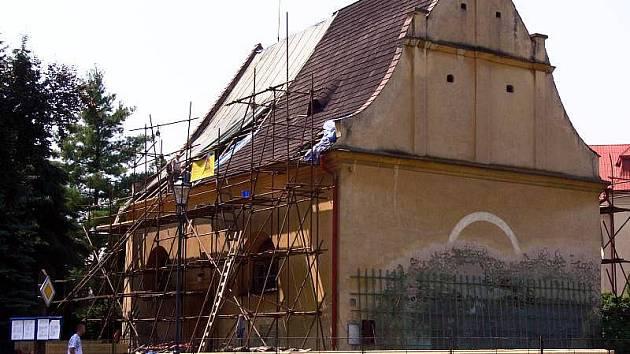 Evangelický kostel na Šromotově náměstí v Hranicích dostává novou střechu. Po výměně vadných částí krovu bude na přání památkářů opět pokryt šindelem.