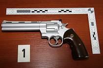 Čtyřiadvacetiletý muž se při výslechu přiznal a strážcům zákona dokonce předal zbraň a šátek, se kterými se květnové loupeže dopustil.