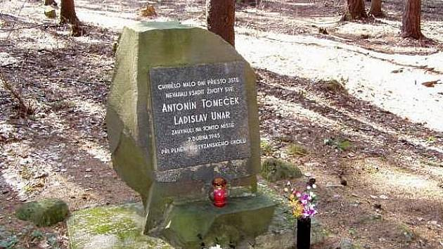 """Památník """"U Temných skal"""" mezi Opatovicemi a Valšovicemi připomíná smrt dvou partyzánů přímo na místě, kde zemřeli"""
