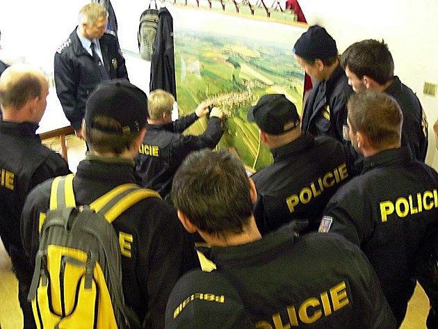 U letecké mapy Horního Újezdu si policisté rozdělili revíry, které pak metr po metru prohledávali.