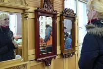 Studenti a studentky řezbářské školy představili návštěvníkům svá díla.