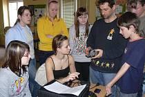 Učitel Petr Drábek žákům vysvětluje, jak se zachází s televizní kamerou.