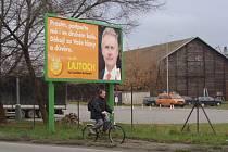 Od voleb uplynul měsíc, ale v přerovských ulicích jsou stále na několika místech k vidění billboardy s tvářemi letošních kandidátů do Senátu.