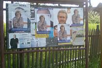 Jednotliví kandidáti si neváhali navzájem přelepovat plakáty.