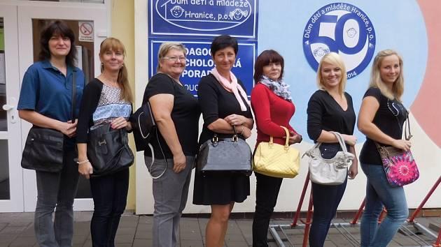 Celý ženský kolektiv hranického Domečku se zapojil do letošního Kabelkového veletrhu.