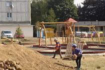Nové dětské hřiště vyrůstá v těchto dnech v ulici Jasínkova nedaleko přerovského Prioru. Stavba má být dokončena až v říjnu, děti už ale přesto nové herní prvky lákají k radovánkám.
